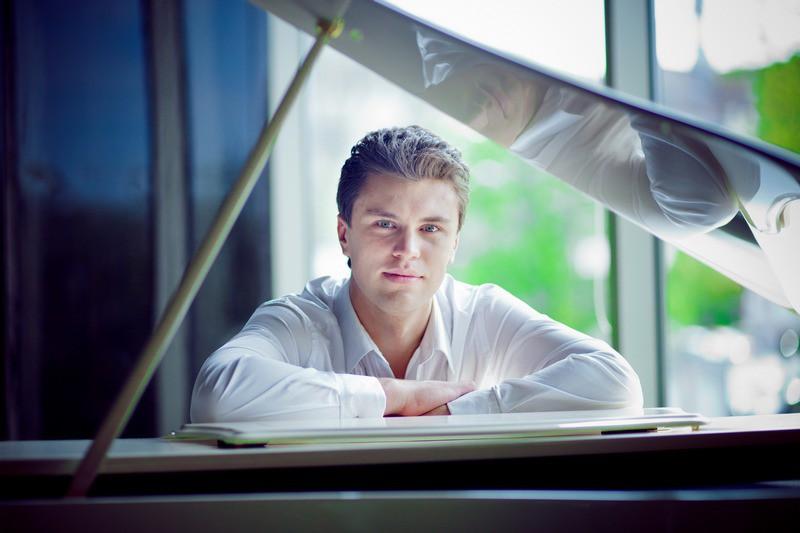 Украинский пианист Хмара играет гимн своей страны в центре Парижа - Цензор.НЕТ 7204